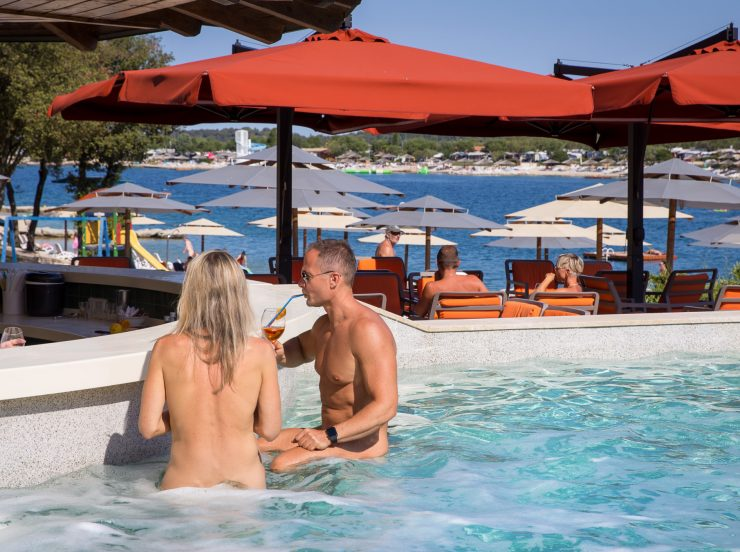 FKK-Urlaub Valalta Rovinj Kroatien - swim-up-bar